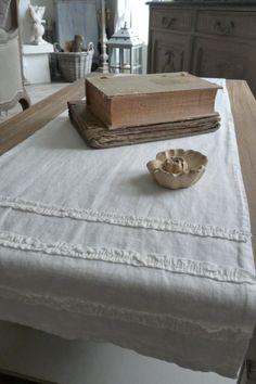 Chemin de table Lin lavé écru Grand chemin de table en lin lavé écru, avec aux 2 extrémités, 3 lignes de lin froissé cousues en ruban. Dimensions chemin de table 45x150 cm sur www.lemondederose.com