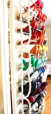 Sapatos num suporte planejado atrás da porta.