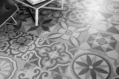 Een patchworkvloer van 50x50, geweldig effekt, helemaal vintage.