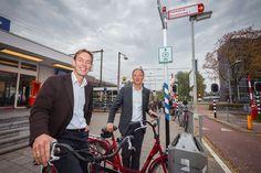 Jeroen Overgoor en Hugo van der Steenhoven bij de ondertekening van de samenwerking tussen Eneco en de Fietsersbond. - Foto: Laura Zwaneveld iov de Fietsersbond en Eneco - http://www.fietsersbond.nl