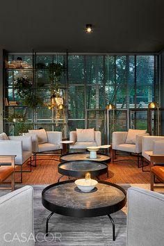Lounge Bar Finitura – Ney Lima. O projeto reverencia o traçado original de Niemeyer e promove a integração entre ambientes interno e externo. O bar ao centro propicia espaços de convivência ao redor, explorando os 108 m². O mobiliário brasileiro contracena com obras de arte do brasiliense Christus Nóbrega. Dentre as inovações com um quê de nostalgia, o piso que remete à grenatina, bastante usada na década de 1960. Lounge Bar, Cute House, Outdoor Furniture Sets, Outdoor Decor, Patio, Nostalgia, Design, Home Decor, Country Homes Decor