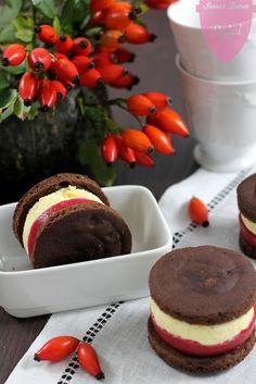 Biscotto al cacao con gelèe di lamponi e mousse al cioccolato bianco