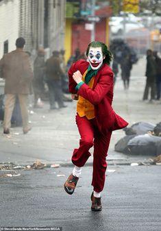 Joaquin Phoenix spotted in full costume as Joker running from cops As production on Warner Bros.' upcoming Joker movie continues production, Joaquin Phoenix was spotted filming scenes in his full Joker costume and as Arther Fleck. Joker Comic, Le Joker Batman, Joker Film, Joker And Harley Quinn, New Joker Movie, Batman Comic Art, Joker Cosplay, Joker Costume, Joaquin Phoenix