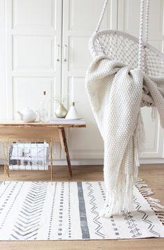 Weiß und grau harmonisiert wunderbar zum Holzboden. Hier fühlt man sich gleich Zuhause.