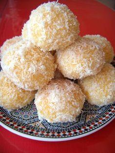 Simpel te maken Marokkaanse kokoskoekjes Lekker bij de thee of koffie! Deze koekjes worden in de Marokkaanse keuken bij de feestdagen genuttigd, Arabic Sweets, Arabic Food, Cookie Recipes, Dessert Recipes, Dessert Food, Moroccan Dishes, Algerian Recipes, Biscuit Cookies, Snacks