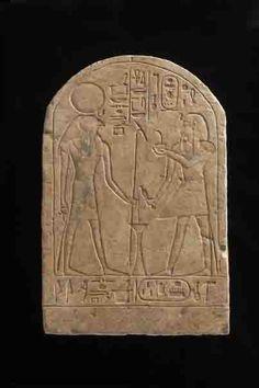 Une des 10 stèles au nom de Thoutmôsis IV découvertes dans l'édifice en brique situé au Nord-ouest du monument de Khâemouaset.  Thoutmôsis IV est représenté devant le dieu Horus de Létopplis. XVIIIe dynastie. Saqqarah.  Source : Waseda University Institute of Egyptology.