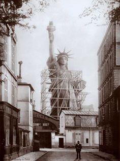 La statue de la Liberté à son achèvement, en 1884, dans la rue de Chazelles (Paris)