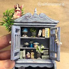 Fairy Treehouse #dollhouse #miniatures #fairygardens #fairytreehouse #miniaturetreehouse #miniaturegarden #dollhouseminiature #puppenhaus #poppenhuis #miniaturen #alittlemoreminis @alittlemoreminis Fairy Tree Houses, Fairy Furniture, Treehouse, Fashion Dolls, Dollhouse Miniatures, Minis, Garden Ideas, Frame, Plants