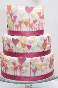 Gâteau mignon avec des cœurs en fondant