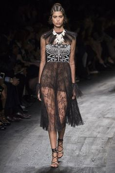 See the complete Valentino Spring 2016 Ready-to-Wear collection.