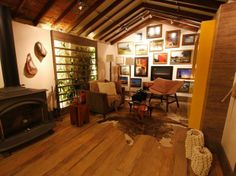 Forro de madeira com trilho/pendural Lighting, Home Decor, Timber House, Rooftops, Decorative Objects, Decorating Ideas, Flats, Interiors, Lights