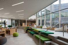 La médiathèque de Bourg-la-Reine, qui vient de recevoir le « Prix de l'Espace intérieur 2015 » de Livres Hebdo est un bel exemple d'une collaboration entre architecte, médiathèque et ville, qui s'est traduit en termes d'espace et d'aménagement par un résultat où l'esthétique ne prend pas le dessus sur le fonctionnel, ni l'inverse.