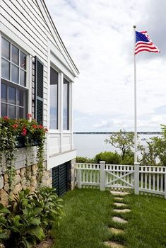 charming summer white houses with American flags | Creatinghome.net