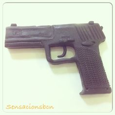 En proceso, para un amante de las pistolas. Totalmente comestible. #pistolas #enproceso #gun #cakedesigner #amantesdelaspistolas #chocolatedemodelar #sensacionsbcn #barcelona #lescorts