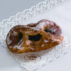Drożdżówka z powidłami Przygotowana z ciasta półfrancuskiego, nadziewana powidłami.