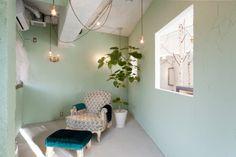 Onico Hair, un bosque encantado en un salón de Osaka donde el peluquero lava cabezas y diseña muebles.   diariodesign.com