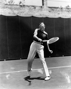 Fred Astaire nel 1937 playing tennis in his house - Beverly Hills (Hulton Archive/Getty Images)