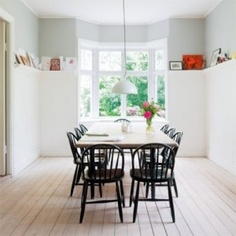 Such a modern but somehow traditional dining area.great alternative to the stuffy china cupboard. Table En Pin, Home Decoracion, Dinning Table, Dining Area, Dining Rooms, Dining Chairs, Dining Room Inspiration, Living Room Colors, Home Fashion