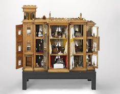 12 Dollhouses That Trace 300 Years of British Domesticity,Betty Pinney's House, set in 1910s (England, 1870). Image © Victoria and Albert Museum, London