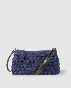 Bandolera de crochet en azul con cremallera Crochet Handbags, Crochet Purses, Crochet Bags, Knitted Bags, Knit Crochet, Popcorn Stitch, Crochet World, Crochet Accessories, Clutch Purse