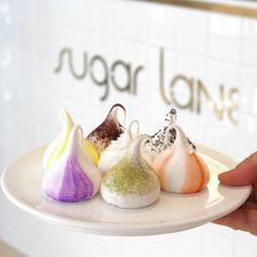 「シュガーレーン」のメレンゲを使った焼き菓子が、いま韓国で大人気。マカロンのようなキュートなビジュアルに、甘いカリふわ食感がスイーツファンにはたまりません。どんなバリエーションがあって、韓国のどこで買えるのか、ぜひチェックしてみてください。