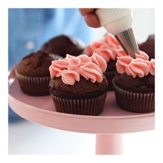 Saftige sjokolademuffins Lag deilige sjokolademuffins med bringebærkrem eller sjokoladekrem. Perfekt til morsdag, valentines eller hvilken som helst annen anledning, så gode er de!  ) Mini Cupcakes, Frosting, Muffins, Baking, Desserts, Food, Tailgate Desserts, Muffin, Deserts