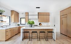 """Sandra Fox finishes off a contemporary home in Pacific Palisades with a sleek and inviting kitchen """"The most important thing … Kitchen Room Design, Modern Kitchen Design, Home Decor Kitchen, Interior Design Kitchen, Home Design, New Kitchen, Home Kitchens, Kitchen Aide, White Oak Kitchen"""