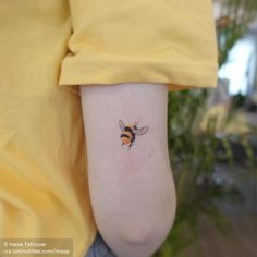 Body parts: Tricep. Mini Tattoos, Sexy Tattoos, Cute Tattoos, Sleeve Tattoos, Tatoos, Honey Bee Tattoo, Bumble Bee Tattoo, Tatuagem Uv, Bee And Flower Tattoo