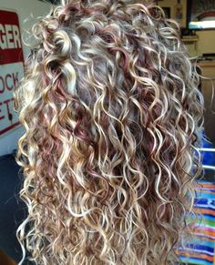 3 Hot Curly Hair With Blonde Highlights Pics That Will Take Your Breath Away