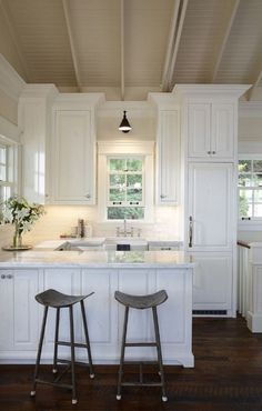 Small Kitchen - Design photos, ideas and inspiration. Amazing gallery of interior design and decorating ideas of Small Kitchen in bathrooms, kitchens by elite interior designers - Page 13 Small Cottage Kitchen, Cottage Kitchens, New Kitchen, Home Kitchens, Kitchen Decor, Design Kitchen, Country Kitchen, Quirky Kitchen, Kitchen Modern