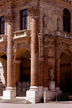Andrea Palladio: Palazzo del Capitaniato, designed in 1565, partially built between 1571-72, Vicenza, Italy; giant Composite Order, corner detail