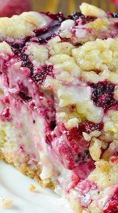 Raspberry Cream Cheese Coffee Cake ~ Moist and buttery cake, creamy cheesecake filling, juicy raspberries and crunchy streusel topping. Raspberry Cream Cheese Coffee Cake – all flavors you love, you'll get here in every bite. 13 Desserts, Delicious Desserts, Dessert Recipes, Yummy Food, Raspberry Desserts, Blackberry Dessert, Raspberry Muffins, Raspberry Cheesecake, Plated Desserts