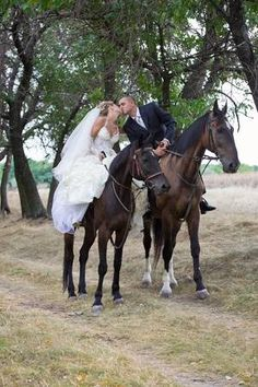 Immagini di Bride and groom in forest on the horses and kisses Image Country Couple Pictures, Wedding Couple Photos, Country Couples, Wedding Pictures, Wedding Ideas, Perfect Wedding, Dream Wedding, Horse Wedding, Bride Pictures