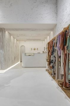 retail store architecture scandinavian and rustic, mediterranean, boho and natural decor Showroom Interior Design, Boutique Interior Design, Boutique Decor, Fashion Store Design, Clothing Store Interior, Aesthetic Clothing Stores, Beach Stores, Store Layout, Store Interiors
