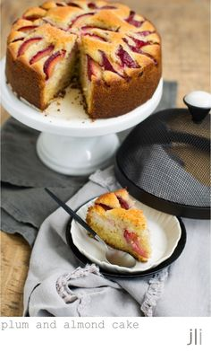 plum and almond cake: make with quantities, add almond extract to the sponge mix and bake for around 1 hour Plum Recipes, Almond Recipes, Sweet Recipes, Unique Recipes, Pear And Almond Cake, Almond Cakes, Delicious Cake Recipes, Pound Cake Recipes, Flours Banana Bread