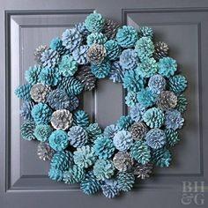 Preparando o Natal: Dicas e ideias de guirlanda de Natal Pine Cone Art, Pine Cone Crafts, Pine Cones, Pine Cone Wreath, Grapevine Wreath, Acorn Crafts, Holiday Crafts, Christmas Diy, Christmas Wreaths