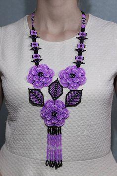 Huichol collar indígena americano nativo de cuentas collar Seed Bead Necklace, Seed Bead Jewelry, Bead Jewellery, Beaded Necklace, Beadwork Designs, Beaded Jewelry Designs, Necklace Designs, Seed Bead Flowers, Beaded Flowers
