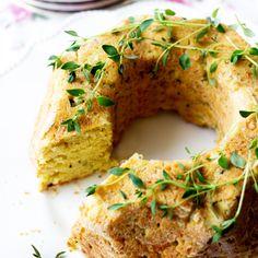 Uunista tulvahtavat tuoksut lupailevat, että jotain hyvää on tulossa. Ja mitä sieltä tulee? Näyttää perinteiseltä kuivakakulta, mutta maistuu suussa sulavan herkullisesti parmesaanilta. Ah! Tämä suolainen kahvipöytätarjottava istuu hyvin piiraiden ja voileipäkakkujen rinnalle. Kakku kannattaa koristella siten, että vieraat arvaavat kakun olevan suolainen tarjottava: yrtit, parmesaanilastut ja pinjansiemenet käyvät hyvin. Vinkki: Sopii hyvin pakastettavaksi! Taikina: 200 […]