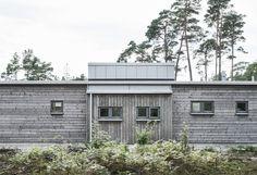 Modern/Rustic Villa located near the sea in Ljugarn on Scotland's east coast Modern Lake House, Vides, House Layouts, Interior Exterior, Minimalist Home, Modern Rustic, Modern Architecture, Beach House, House Design