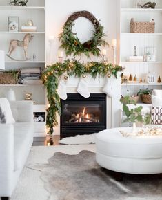 Holiday Christmas Fireplace Mantel Decor – Home Decorating Trends – Homedit – Kamin Idee – Farmhouse Fireplace Mantels Diy Christmas Decorations, Lollipop Decorations, Modern Christmas, Christmas Home, Christmas Holidays, White Christmas, Christmas Stockings, Christmas Cactus, Modern Holiday Decor