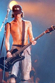 pearljaam: Dave playing Krist's bassYou can find Dave grohl and more on our website.pearljaam: Dave playing Krist's bass Foo Fighters Dave Grohl, Foo Fighters Nirvana, Nirvana Lyrics, Nirvana Kurt Cobain, Kurt Cobain Young, Estilo Grunge, Dream Boy, Indie Music, Looks Cool