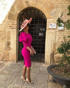 Puff sleeve that takes you back to the time of royal weddings and has a accessorised hat as a best compliment Elegant Outfit, Classy Dress, Classy Outfits, Elegant Dresses, Pretty Dresses, Beautiful Dresses, Casual Dresses, Short Dresses, African Fashion Dresses