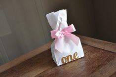 À l'aide de sacs de faveur de confettis Momma mini fête avec des arcs peut être mignone façon à envelopper un petit «Merci» pour vos invités. Les avoir personnalisé avec l'âge que l'anniversaire garçon ou une fille se tourne pour une touche élégante et personnalisée. Remplir avec