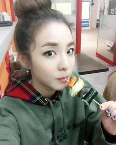 "daraxii: ""스케줄끝나고 김떡튀순 흡입!!!  hungry Dara!!! """