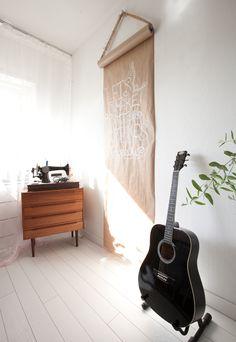 Leuk idee: rol papier aan de muur! (interiorjunkie.com: Binnenkijken bij blogger Iris)