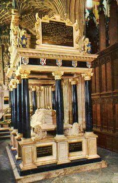 Isabel I fue enterrada en la Abadía de Westminster, su hermana María Tudor, Maria I reina de Inglaterra, está enterrada junto a ella.