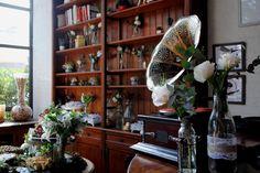 Um dos pedidos da noiva foi um gramofone como parte da decoração do casamento. Ele foi responsável por trazer um toque ainda mais vintage a esse mini wedding com toques de cobre.
