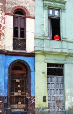 Charming and colorful decay in Lima, Peru. To travel there is to want to wander!