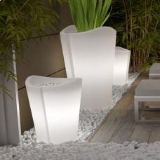 Vaso luce per interni Bassano. Un design pulito e una forma piacevole, arrotondata. Il tutto arricchito da un sistema di illuminazione che permette di mettere in risalto le piante e rifinire qualsiasi tipo di contesto
