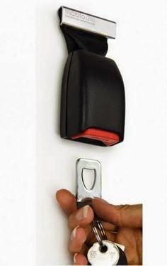 Ключницу можно соорудить из старого ремня безопасности автомобиля, вернее из его замка